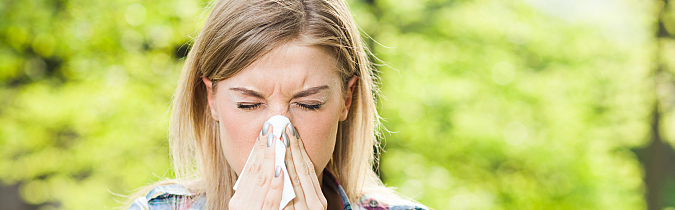 diabetes-article_woman-blowing-her-nose-while-outdoors_181010